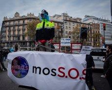 Els sindicats dels Mossos tallen la Gran Via de Barcelona per les seves condicions laborals (David Zorrakino - Europa Press)