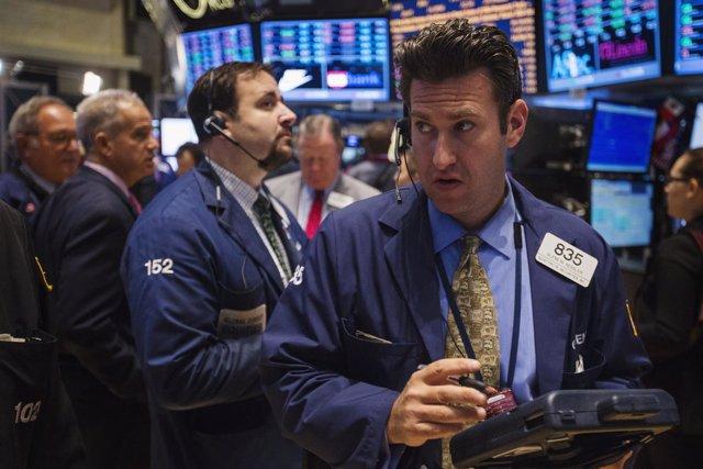 Unos operadores en la Bolsa de Comercio de Wall Street en Nueva York