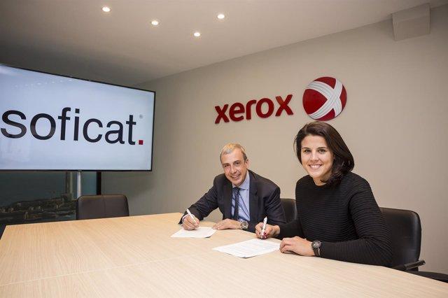 Gerard Sicart y Laia Sanz firman el acuerdo entre Soficat Xerox y la piloto
