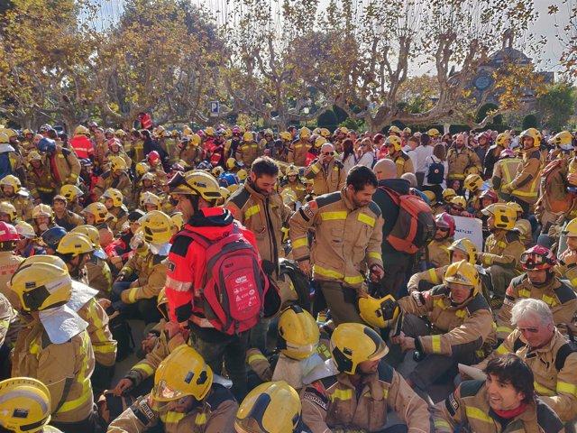 Concentración de bomberos ante el Parlament
