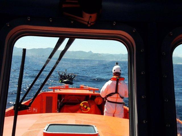 Salvamento Marítimo con una patera avistada