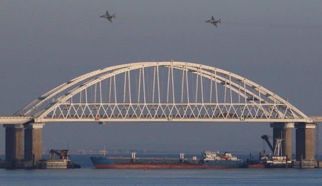 Un mercante y aviones de combate rusos en el estrecho de Kerch