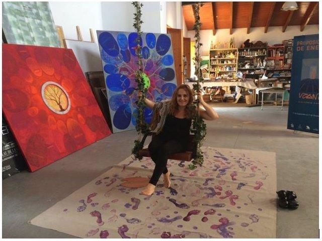 La artista Victoria Cano en su estudio