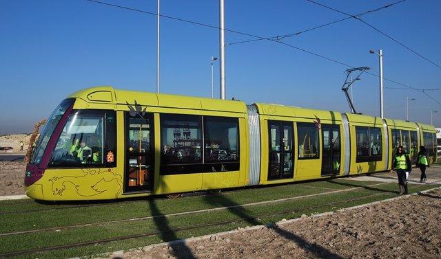 Tranvía de Jaén durante una fase de pruebas.
