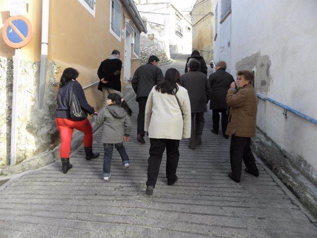 Gente caminando por la ciudad de Cuenca