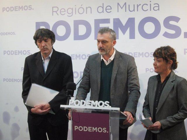 Urralburu, en el centro, junto a Giménez, en la rueda de prensa