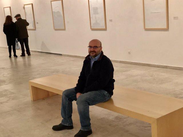 Rafael Vega posa junto a su exposición