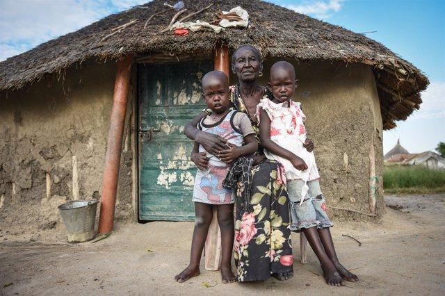 Una abuela y sus dos nietos en Sudán del Sur