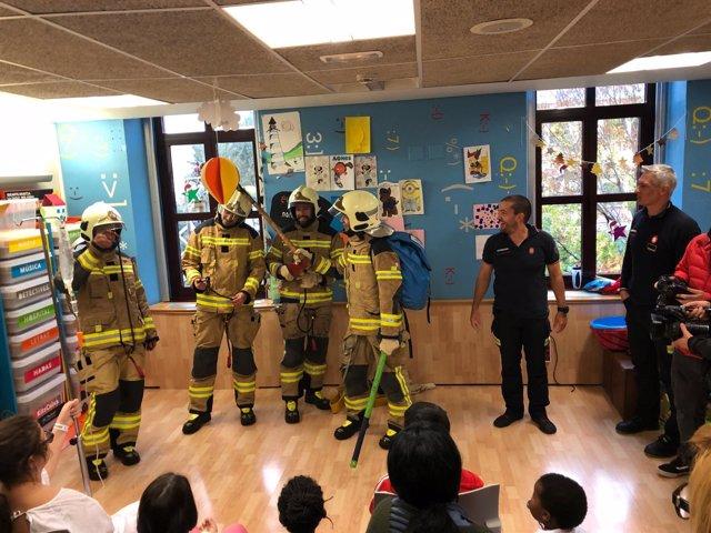 Visita de los bomberos a niños enfermos en el hospital de Basurto