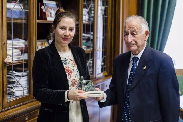 Gabriel Amat entrega el premio de ensayo 'Carmen de Burgos' a Ana Belén Verdugo.