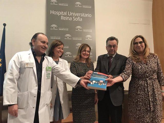 Marina Álvarez (centro) con los autores del libro