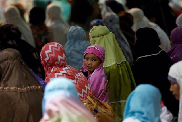 Mujeres y niñas en una mezquita de Yakarta