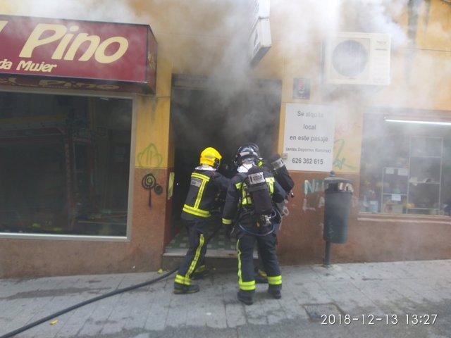 Bomberos actuando en la extiención del incendio
