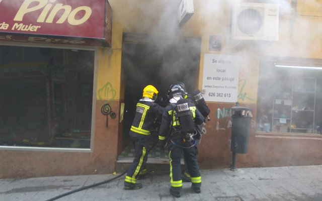Herido un hombre por inhalación de humo procedente del incendio de una tienda en pleno centro de Jaén
