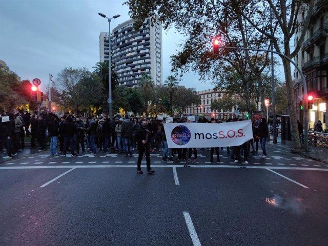 Unos 200 mossos se manifiestan cerca de la Conselleria de Interior