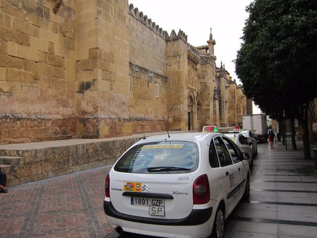 Parada de taxis junto a la Mezquita