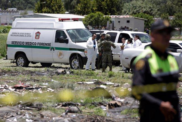 Los forenses trabajan sobre el terreno tras la explosión de pirotecnia en México