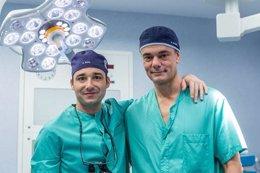 Los doctores Álvaro Iborra y Manuel Villanueva, del Hospital Beata María Ana