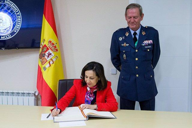 La ministra de Defensa, Margarita Robles, en una visita al mando de ciberdefensa