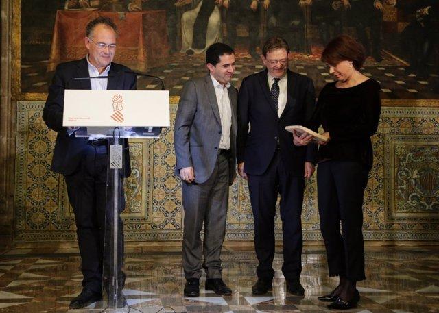 Puig hace entrega de la baldosa a la hija de Paco Aura