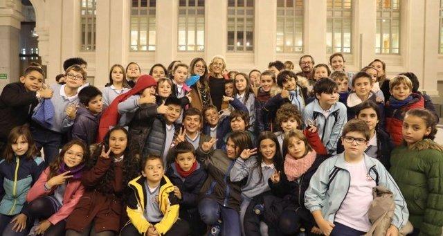 Carmena con más de 200 niños y niñas
