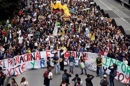 La Policía reprime nuevas protestas de universitarios en Colombia