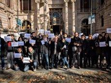 Uns 60 periodistes es concentren davant el TSJC per la llibertat de premsa i el secret professional (EUROPA PRESS/DAVID ZORRAKINO)