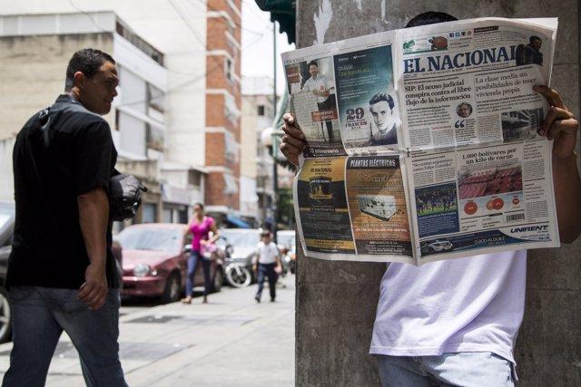 Un hombre lee 'El Nacional' en Caracas