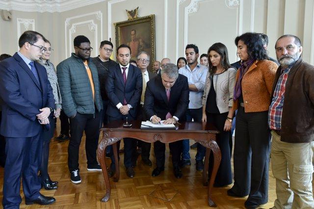El presidente de Colombia, Iván Duque, firma un acuerdo con universitarios
