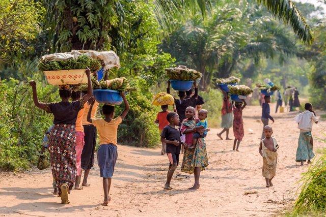 Personas caminan en Kasai (RDC)