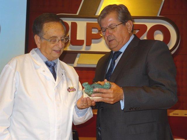 Tomás Fuertes recibiendo el galardón