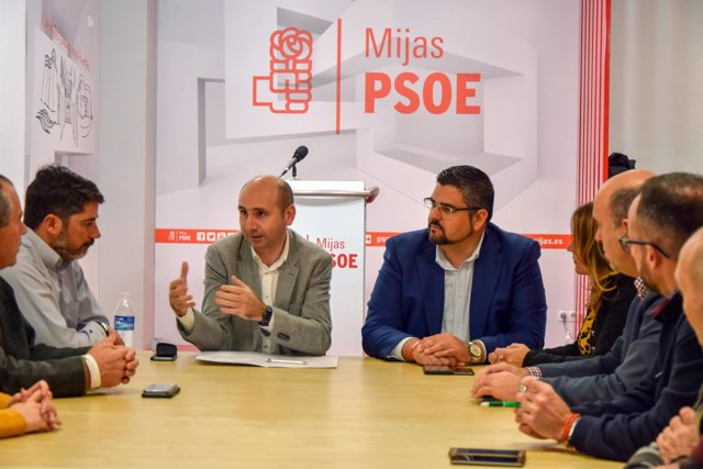 Francisco Conejo reunido con los socialistas de Mijas