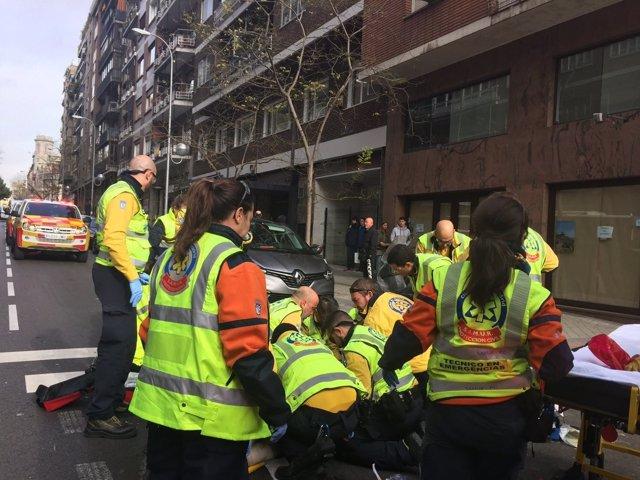 Efectivos del Samur-Protección Civil atienden a un herido en Chamberí