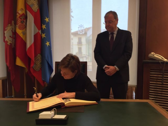 León.- Carmen Moriyón firma en el libro de la ciudad en presencia de Silván