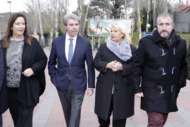 El presidente Ángel Garrido con Ángeles Pedraza y miembros de la AVT