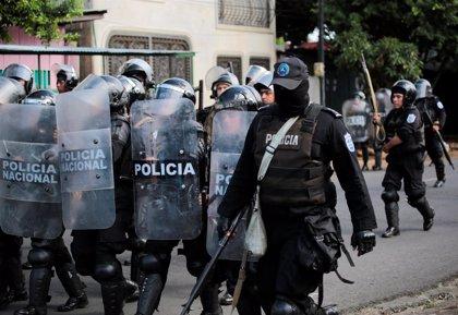 La Policía de Nicaragua agrede a varios periodistas frente a una comisaría de Managua