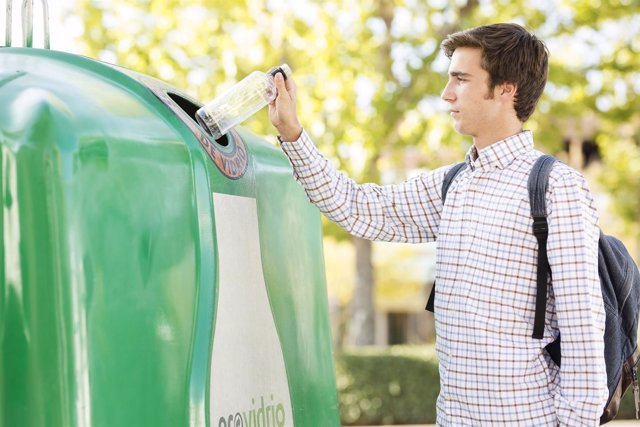 Reciclaje de vidrio en el contenedor verde