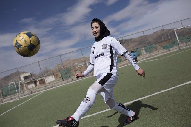Jugadora de fútbol femenino en Afganistán