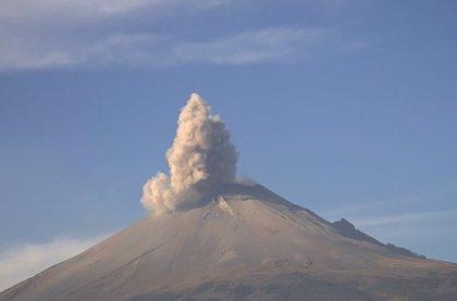 El volcán mexicano Popocatépetl entra en erupción y produce una humareda de dos kilómetros