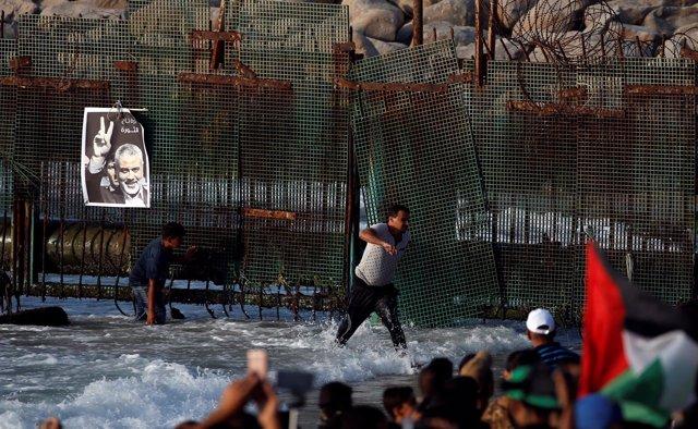 Póster del líder de Hamas, Ismail Haniyeh, en una valla en Gaza