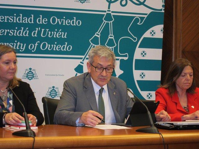 El rector de la Universidad, Santiago García Granda, en rueda de prensa