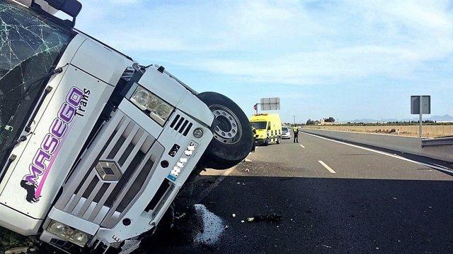 Vuelco camión carretera, accidente