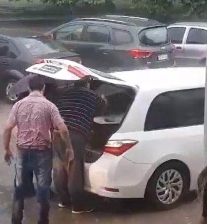 El conductor de un coche fúnebre escucha ruidos extraños procedentes del féretro y se dirige al hospital de inmediato