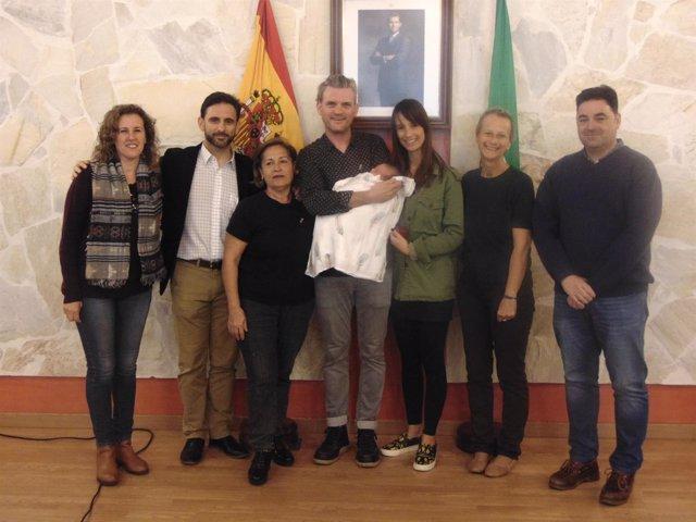 Ojén Rinde homenaje al primer bebe nacido en 40 años