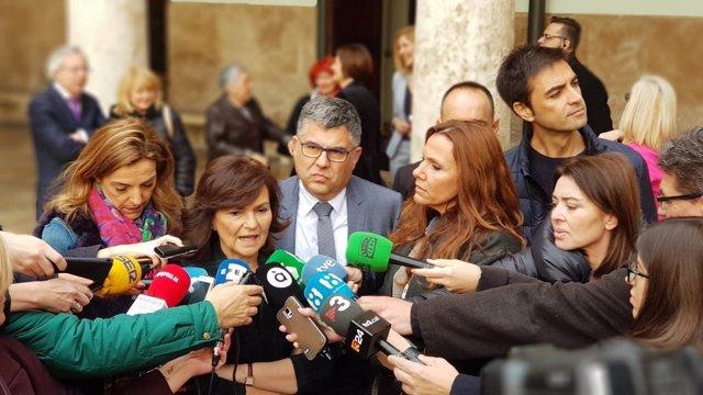 La vicepresidenta del Gobierno, Carmen Calvo, atiende a los medios en València