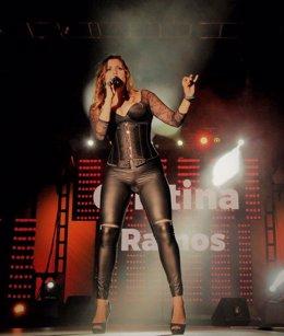 La cantante canaria Cristina Ramos durante una actuación