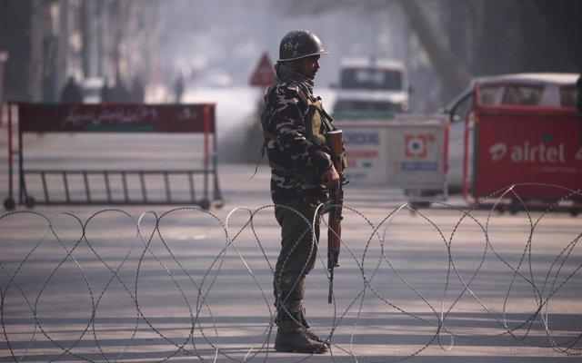 La Policía india detiene a dos líderes separatistas en Cachemira y corta carreteras para impedir protestas