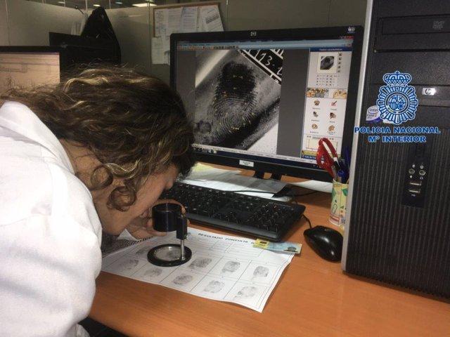 Una agent analitza empremtes dactilars