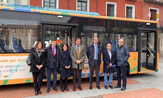 Representantes municipales y de Repsol ante el autobús de autogas. 17-12-18