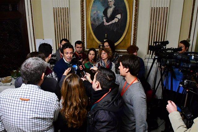 El alcalde de Cádiz atiende a los periodistas